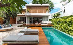 Casa com cara de praia é construída no meio da cidade grande