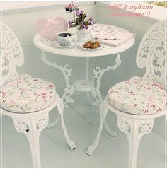 mobilier de jardin en fer forgé- chaises et table ronde anciennes ...
