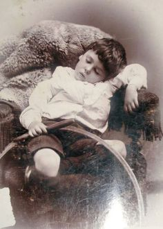 18 Creepy Post-Mortem Photos From The Victorian Era - ODDEE