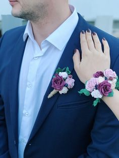 Burgundy boutonniere corsage set. Wedding buttonhole. Burgundy blush boutonniere corsage set by Belorstudio on Etsy Prom Corsage And Boutonniere, Bridesmaid Corsage, Wrist Corsage, Button Holes Wedding, Wedding Champagne Flutes, Beauty Forever, Handmade Flowers, Floral Tie, Fall Wedding