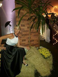 Um vestido preto e branco com pedraria na gola, que ficou um show!!!!