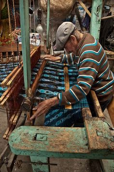 Découvrez l'histoire du métier de tisserand, historique de cet art et artisanat qui consiste à tisser des fibres textiles naturelles pour faire un textile.
