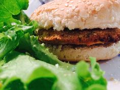 Solo verdure e legumi per questi mini hamburger di ceci. Una ricetta vegana con pochissime calorie: sole 60 per un pezzo.