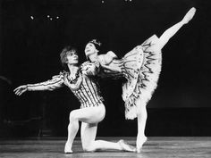 Margot Fonteyn and Rudolf Nureyev in Birthday Offering by the Royal Ballet at Royal Opera House Fotografie-Druck von Anthony Crickmay bei AllPosters. Margot Fonteyn, Ballet Real, Royal Ballet, Rudolf Nureyev, Ballet Russe, Dance Magazine, Ballet Images, Male Ballet Dancers, Alvin Ailey