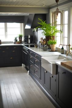 Kitchen Countertop Ideas - From concrete to quartzite, these kitchen area countertop concepts transform surfaces into a striking declaration. Restaurant Interior Design, Kitchen Interior, New Kitchen, Interior Design Living Room, Kitchen Dining, Kitchen Decor, Kitchen Countertop Materials, Kitchen Backsplash, Kitchen Countertops