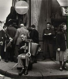Robert Doisneau  L'Accordeoniste, rue Mouffetard  Paris, 1951