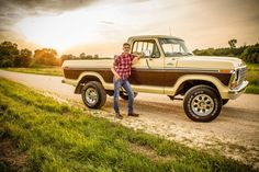 A boy and his truck! Truck Senior Pictures, Football Senior Pictures, Fall Senior Pictures, Senior Photos, Senior Portraits, Male Portraits, Softball Pictures, Cheer Pictures, Boy Pictures