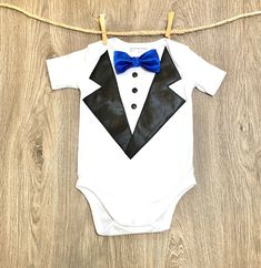 Designer Bébé Garçons Mariage Occasion tenue onezie Costume Smoking /& Chapeau Babygrow