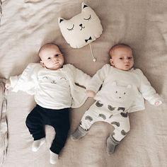 Regram @juneandjane de ses adorables twins et leur coussin musical chat (disponible dans la boutique)  #zü #coussinmusical #musicbox #coussinchat #madeinfrance