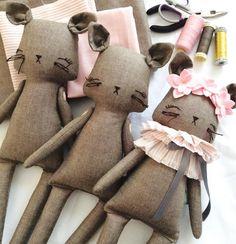 Le Chats on my table today X #littlemisstippytoes #kitties #customs #clothdolls…