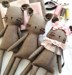 Le Chats on my table today X #littlemisstippytoes #kitties #customs #clothdolls…