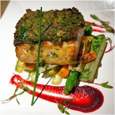 Peixe em crosta de ervas, purê de beterraba e legumes salteados: receita