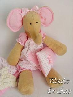 Elefanta Tilda, confeccionada para decoração de quarto infantil.