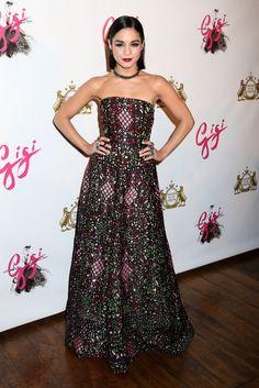 Vanessa Hudgens con un vestido palabra de honor estampado de Alice + Olivia