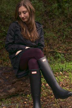 Wellies Rain Boots, Black Rain Boots, Hunter Boots Outfit, Hunter Rain Boots, Black Stockings Outfit, Rain Wear, How To Wear, Kawaii, Women's Fashion