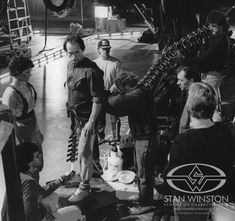 """& John Rosengrant adjust the """"arrow through the head"""" tail gag as Lance Henriksen, Sigourney Weaver, James Cameron and crewmembers stand by Aliens 1986, Aliens Movie, Best Horror Movies, Great Movies, James Cameron Aliens, Lance Henriksen, Predator 1, Alien Queen, Sci Fi Thriller"""