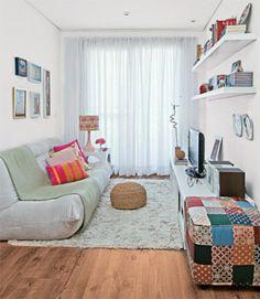 """""""Móveis baixinhos ampliam visualmente uma área pequena"""", ensina a arquiteta Juliana Savelli. Daí o sofá de apenas 70 cm de altura e o rack de 40 cm. O sofá é de suede, o tapete é de algodão felpudo e pufe colorido combina com o abajur."""