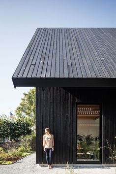Chris Collaris Architects replaced an old and decayed brick house by a complete new and sustainable house with timber cladding on the walls and roof. Wood Cladding Exterior, Black Cladding, Timber Cladding, Timber Roof, Timber House, Sas Entree, Vertical Siding, Timber Architecture, House Siding