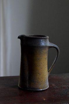 「野口悦士展 ~おいしい焼締め~」 (~6/17迄)を開催中です。本日ご紹介するのは注器と酒器です。焼締めの注ぐ形。お茶、お酒、そして盛り鉢として。島の人...