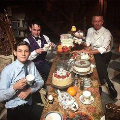 Tea time with the cast of Gotham Gotham Girls, Gotham Batman, Gotham Villains, Gotham City, Familia Stark, Gotham Series, Tv Series, Robin, Sean Pertwee