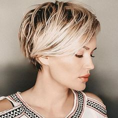 Do you want a new trendy haircut for the spring-summer 2019 season? Well, one of the most trendy haircuts this year is the pixie haircut. Summer Hairstyles, Cool Hairstyles, Hairstyles Videos, Indian Hairstyles, Everyday Hairstyles, Pixie Cut Blond, Blonde Pixie Haircut, Pixie Haircuts, Short Hair Designs