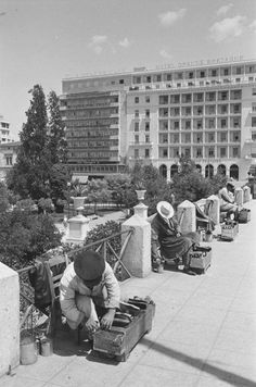 Λούστροι στο Σύνταγμα - Syntagma shoe polish vendors, 1960, #solebike, #Athens, #e-bike tours