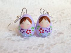 boucles d'oreilles poupée russe mauve à petites fleurs : Boucles d'oreille par smaksall