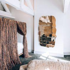 A l'hôtel Yndo à Bordeaux la chambre des frères Campana avec un miroir déstructuré et un lit à baldaquin en raphia.