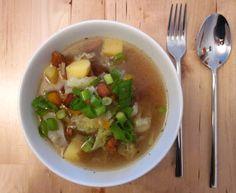 Pfifferling-Gemüse-Suppe mit frischen Frühlingszwiebeln