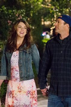 Lorelei's First Outfit in the Gilmore Girl's Revival Has a Hidden Meaning Rory Gilmore, Stars Hollow, Gilmore Girls Seasons, Gilmore Girls Fashion, Luke And Lorelai, Amy Sherman Palladino, Scott Patterson, Glimore Girls, Lauren Graham