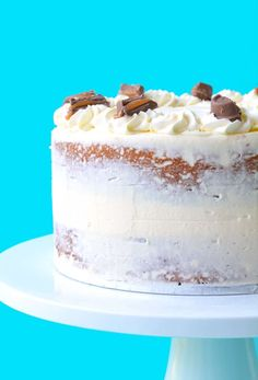 You'll love this gorgeous two-layer Caramel Mud Cake topped with creamy white chocolate buttercream. It's so easy to make! And delicious! White Chocolate Buttercream, Caramel Buttercream, Caramel Mud Cake, Easy Cake Decorating, Decorating Tips, Cake Toppings, Cake Fillings, Melting Chocolate, Chocolate Recipes