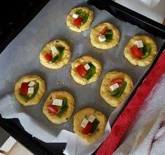 Μπουκιά και συγχώριο !!! Για την ζύμη 400 ml ζεστό γάλα 200 ml λάδι 1 κουταλάκι του γλυκού αλάτι 1 αυγό Αλεύρι περίπου 1 κιλό για όλες τις χρήσεις 1/2 μαγιά ( 21 γραμμ. ) 2 καρότα τριμμένα μαϊντανός Cook Pad, Cooking Tips, Cooking Recipes, Breakfast Snacks, Greek Recipes, Sushi, Cake Recipes, Biscuits, Food And Drink