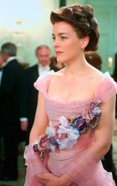 A closer look at that pretty pink dress.Olivia Williams as Mrs. Darling in 2003 film Peter Pan Peter Pan 2003, Peter Pan Movie, Peter Pan Costumes, Movie Costumes, Costumes Kids, Period Costumes, Halloween Costumes, Peter And Wendy, Thing 1