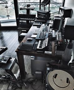 ✅ Live in an apartment and have no space for a home studio? Check out these 11 awe-inspiring home studio ideas for small apartments - Great ideas for how to set up a music studio in an apartment or small space! Home Studio Setup, Music Studio Room, Audio Studio, Sound Studio, Dream Studio, Studio Ideas, Music Rooms, Recording Studio Setup, Home Music