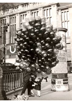 the balloon man - Friedrich Seidenstücker  before Wertheim, 1935 Photographic Collection Berlin Gallery