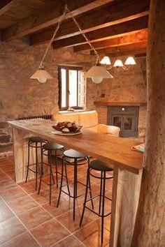 En la cocina, totalmente equipada tenemos esta práctica barra de madera para una cena o desayuno informal.