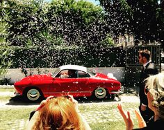 Riso, sorrisi e applausi! Arrivano gli sposi nella bellissima Volkswagen Karmann ghia! Elegante,sportiva e accattivante, un'automobile unica per vivere un sogno, anche se solo per un giorno.