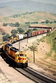 ATSF/SP, Allard, California, 1989 Eastbound Atchison, Topeka and Santa Fe freight train on Southern Pacific Railroad track in Allard, California, on April 13, 1989. Photograph by John F. Bjorklund, © 2016, Center for Railroad Photography and Art. Bjorklund-87-21-09