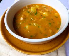 V hrnci rozehřejeme máslo, zpěníme na něm nakrájenou cibuli, zasypeme moukou, chvíli smažíme, vmícháme papriky, chilli a zalijeme chladným... Ethnic Recipes, Soups, Soup