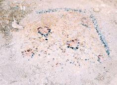 Basilica di San Simeone Stilita, Siria, a circa 30 km da Aleppo. Era una parte del convento cristiano, sorto nel luogo in cui Simeone Stilita, il primo asceta cristiano, visse e morì nel 459. Il complesso monastico bizantino fu costruito tra il 476 e il 491 per l'iniziativa dell'imperatore Zenone. Era un grandioso centro di culto. I resti del mosaico
