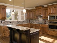 Traditional Two-Tone Kitchen Cabinets #07 (Kitchen-Design-Ideas.org)