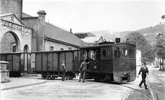 A Plettenberger Kleinbahn train leaving the archway of Graewe & Kaiser works. Electric Locomotive, Steam Locomotive, Model Trains, Toy Trains, Garden Railroad, Rail Transport, Thomas The Tank, Model Train Layouts, Bahn