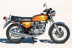 ... wobei die letzten Exemplare quasi in der Kiste verramscht wurden. Suzuki Gsx, Suzuki Bikes, Suzuki Motorcycle, Scooters, Motorised Bike, Vintage Japanese, Motorbikes, Classic Motorcycle, Mopeds