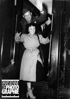 L'adieu d'Edith Piaf (1915-1963), chanteuse française, à son départ pour les Etats-unis. Paris, 1947 - Photo d'Albert Harlingue