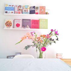 Vanaf onze eettafel! Een selectie van mijn kookboekverslaving... En het prachtige #bloomon boeket van @bloomonnl !