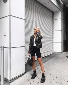 Edgy women's outfit ideas, leather jacket, bike shorts, dr martens boots Bermuda Shorts Outfit, Summer Shorts Outfits, Short Outfits, Short Leather Jacket, Leather Jacket Outfits, Short Jeans, Dr. Martens, Jennifer Lopez, Look Cycle