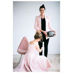 #PREMIERA #OPENOFFICE #powderpink #marynarka #jacket #pastel #princess #rugby #chanel #cc #ootd #girls #riskmadeinwarsaw #arnejacobsen #dropchair #scandinaviandesign #fashion #madeinpoland #studio fot: @antonina.samecka