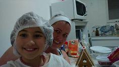 Renata Tavares e Gabrieli Tavares, produzindo biscoitos e bolachas artesanais.
