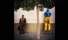 """Imagem integrante do Everyday Latin America, um dos perfis do Instagram do projeto Everyday Everywhere. Durante uma manifestação em memória de vítimas do conflito armado da Guatemala (1960-1996), o fotógrafo Saul Martinez registrou um artista de rua, que fazia parte do protesto, ao lado de um trabalhador típico do centro histórico da Cidade da Guatemala, com a legenda: """"Cada homem contribui com a sociedade à sua maneira"""". Saul Martinez/Everyday Latin Ame / ."""