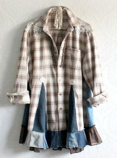 A different idea to re-do a flannel shirt 👕. Redo Clothes, Sewing Clothes, Diy Camisa, Recycled Shirts, Old Shirts, Flannel Shirts, Sweater Refashion, Altered Couture, Altering Clothes